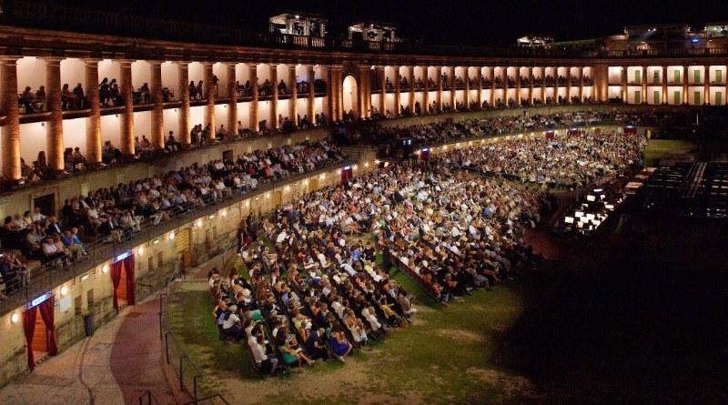 L'Associazione Arena Sferisterio ha pubblicato un invito conoscitivo per la selezione di fotografi e videomaker, in vista del Macerata Opera Festival oramai alle porte.