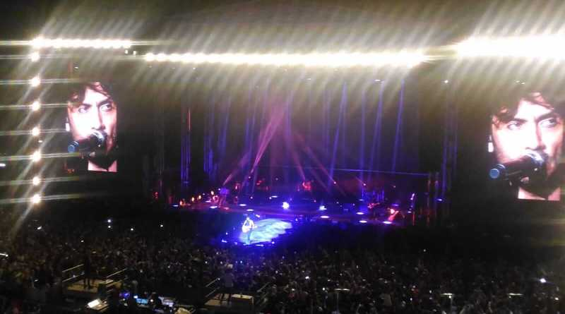 Ieri sera per Fabrizio Moro si è avverato il sogno di una vita, quando circa 20000 voci si sono unite alla sua, emozionando lo Stadio Olimpico di Roma, tanto da farlo sciogliere in pianto.
