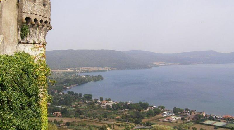 Il Lago di Bracciano, quest'anno, non è a secco. Mentre Virginia Raggi proclama la vittoria i sindaci diAnguillara Sabazia, Bracciano e Trevignano Romano le chiedono di ritirare il ricorsoricorso contro determinazione regionale.