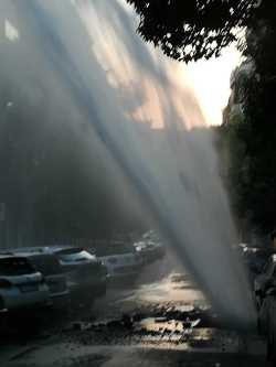 Un forte boato e poi l'esplosione. È l'ennesima perdita d'acqua nella città ma questa volta il gaiser supera il terzo piano del condominio. Ne fa le spese anche una Yaris.