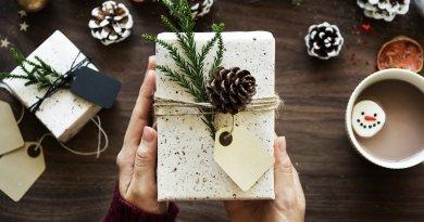 L'avvicinarsi delle festività impone come ogni anno la febbrile ricerca dei regali di Natale per le persone care.