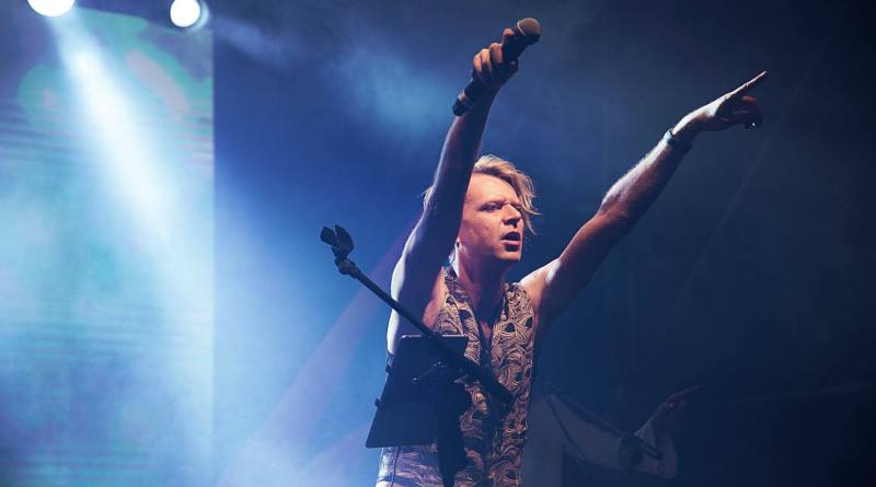 David Bowie Show. Al Parioli Theatre Club, il 16 febbraio, con Andy and the White Dukes. Possibilità di cenare in platea fronte-palco