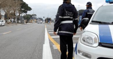 Forzano posto di controllo e si danno alla fuga: bloccati da una pattuglia della Polizia Locale. Ieri denunciate altre 34 persone, numerosi gli illeciti per spostamenti senza valido motivo.