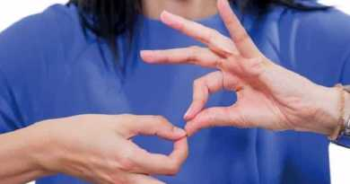La lingua dei segni utilizzata per la maggior parte dalle comunità dei segnanti a cui afferiscono persone per lo più sorde o ipoudenti, è una lingua che utilizza una comunicazione sia verbale che non verbale.