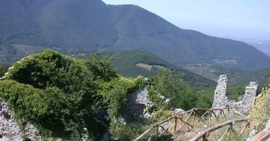Il misterioso faro in cima al Monte Gennaro, in un'area protetta della rete comunitaria Natura2000 che tutela i pipistrelli. Presentato esposto da Italia Nostra.