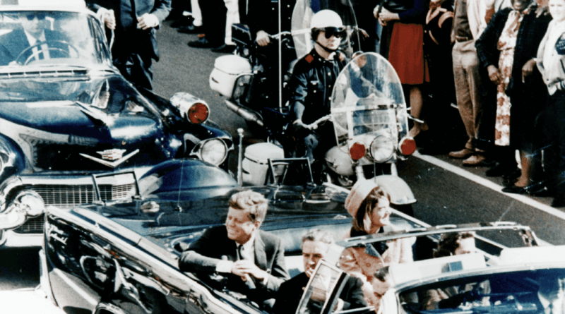 John Fitzgerald Kennedy nasce a Brookline, vicino Boston, il 29 maggio 1917, secondo di ben nove fratelli. Sarà per tutti JFK.