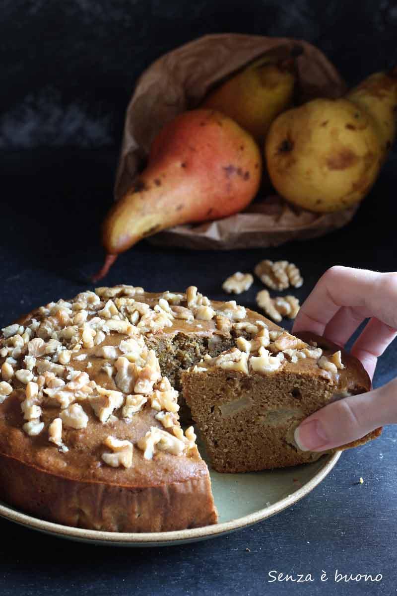 Torta soffice con pere e noci senza lattosio senza glutine