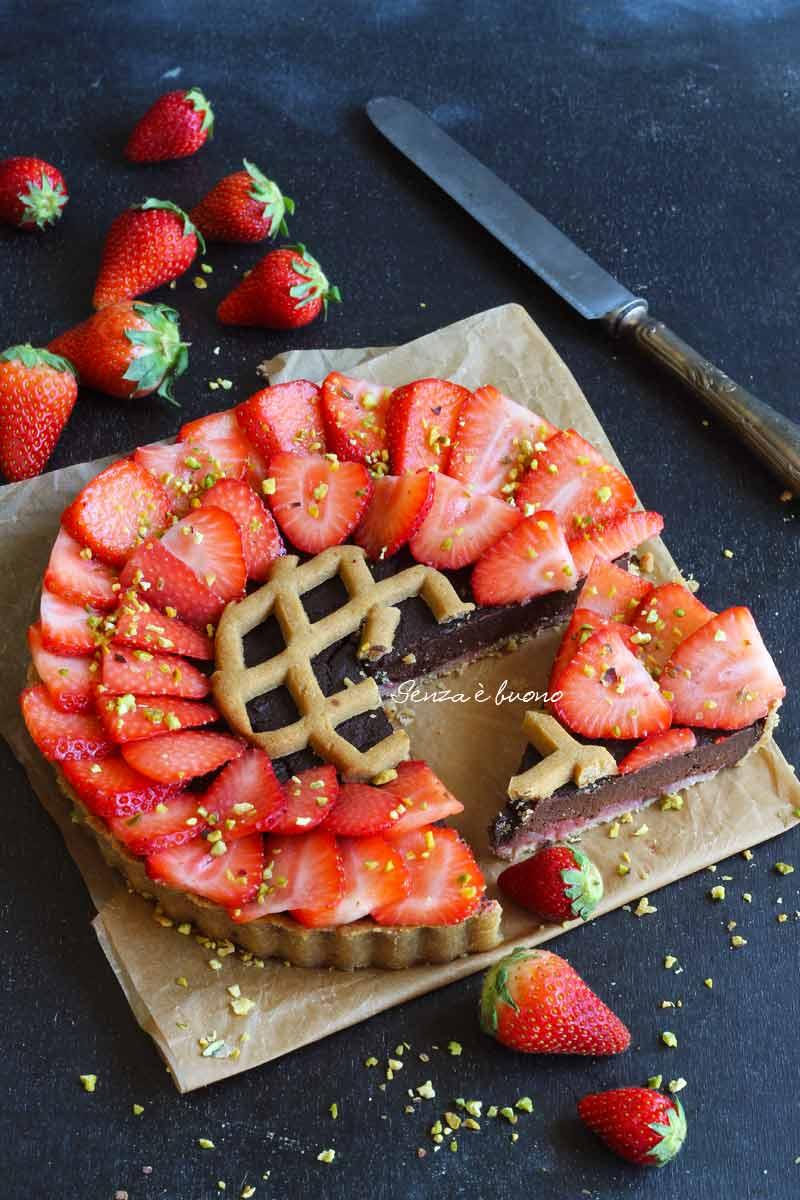 crostata con crema al cioccolato e fragole vegan