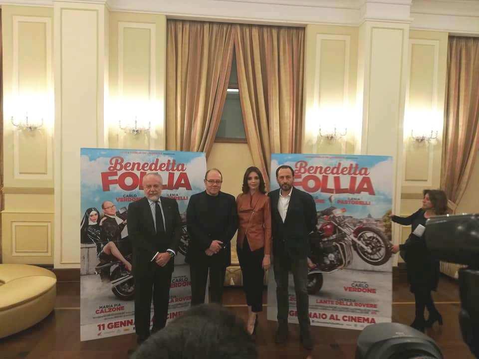 Palermo, donata una maglia a Carlo Verdone per il suo ultimo film
