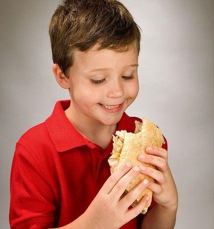 Niño comiendo bocadillo