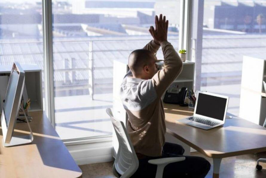 yoga sur chaise au bureau