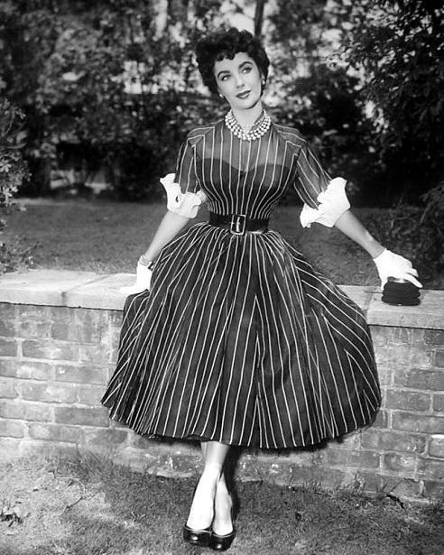 Elizabeth Taylor wearing a wonderful dress. Have no idea who designed it, but the cut and silhouette are perfect.