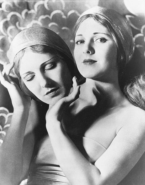 Speaking of masks, here's a strange photo of Jean Arthur with a mask of her own face. This photo was, no doubt, taken early in her career, late 20s to the early 30s. Later, when she became a star, her notoriously oppositional personality made photography sessions increasingly difficult.