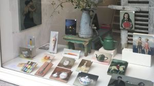 Expositie Serge de Vries etalage Amsterdam