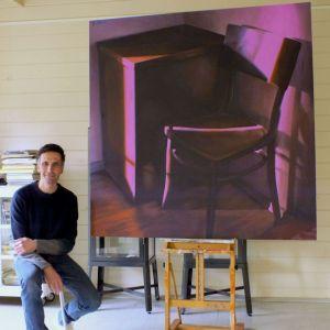 Serge naast de Stoel xxl, olieverf op linnen, 150 x 150 cm, Serge de Vries