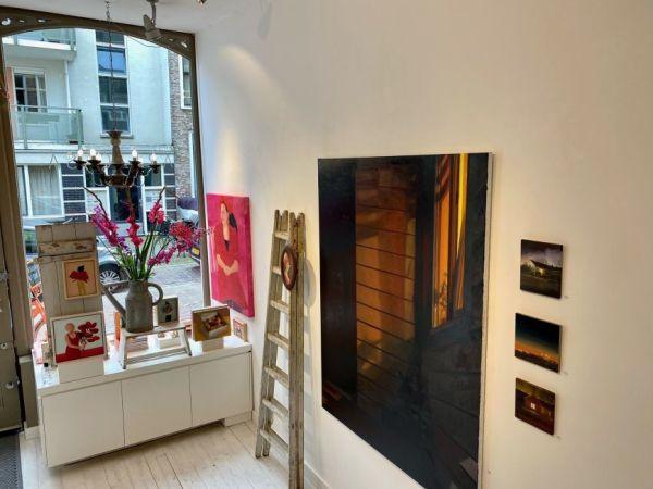 Voordeur bij avond in galerie, Serge de Vries2