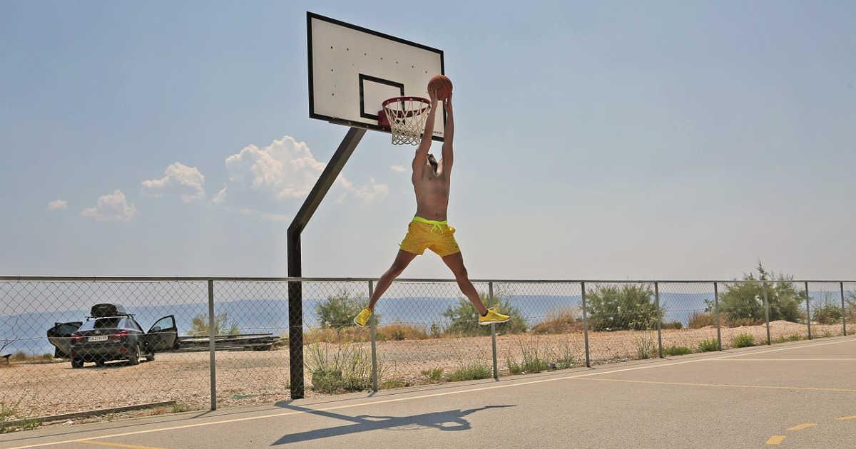 Giocatore di basket che fa canestro