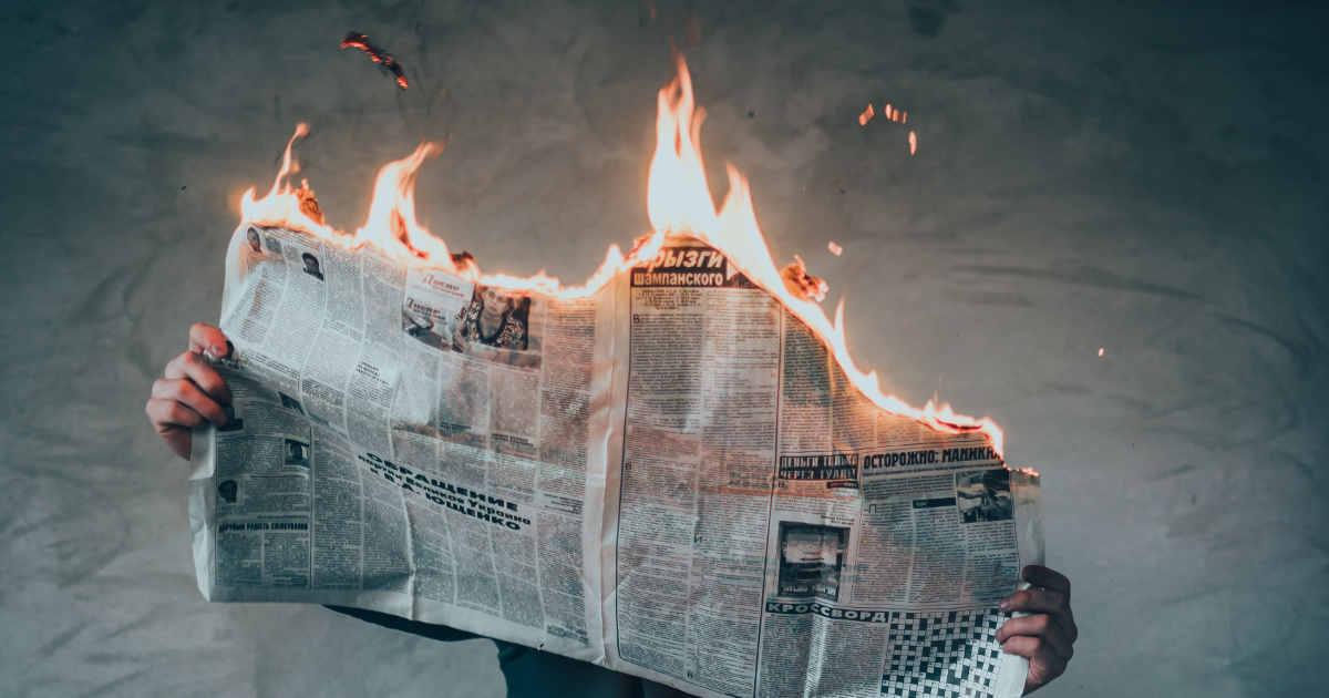 Un giornale che brucia, la metafora per dire che le notizie sono calde
