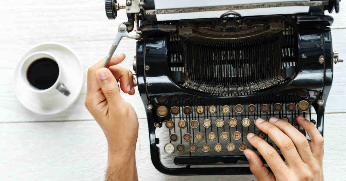 Una macchina da scrivere e una tazzina di caffè