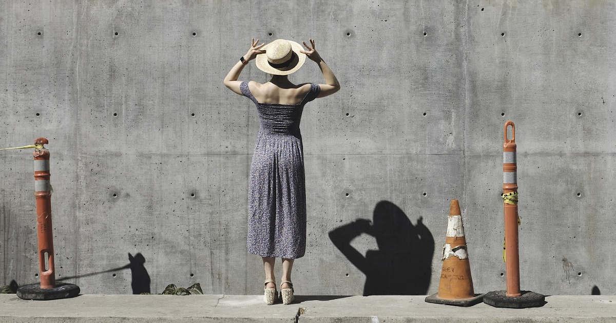 Un donna che proietta la sua ombra su un muro