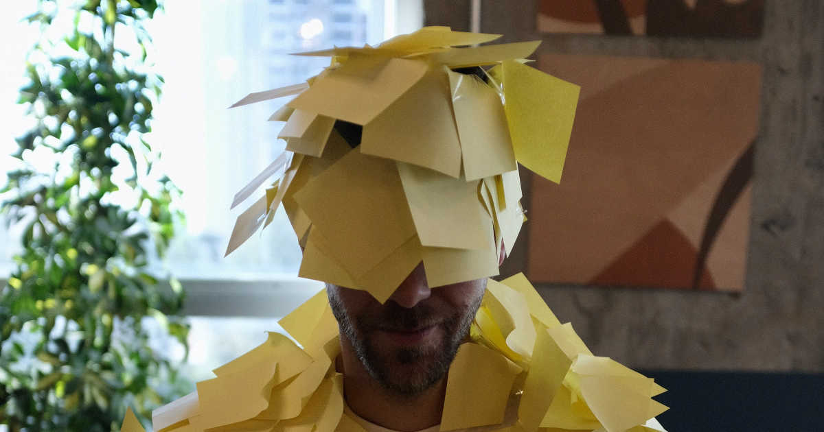 Un uomo ricoperto di Post-It