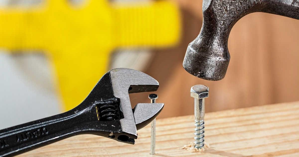 Un martello e una chiave inglese che vengono usati in modo sbagliato.