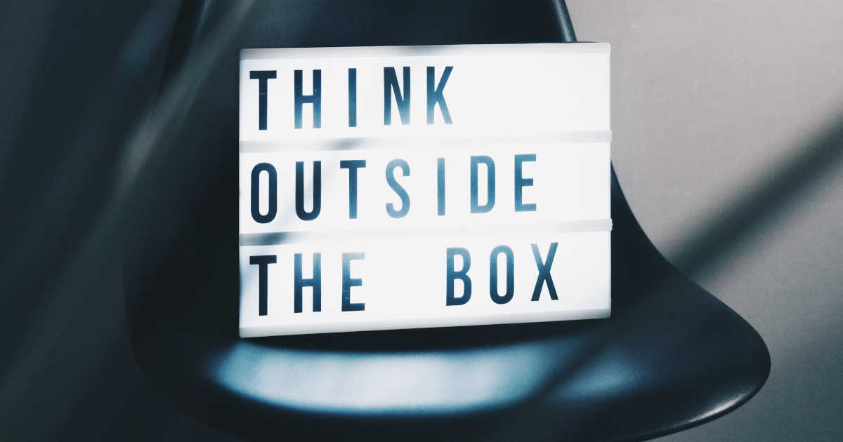 "Un cartello luminoso con scritto ""think outside the box"""