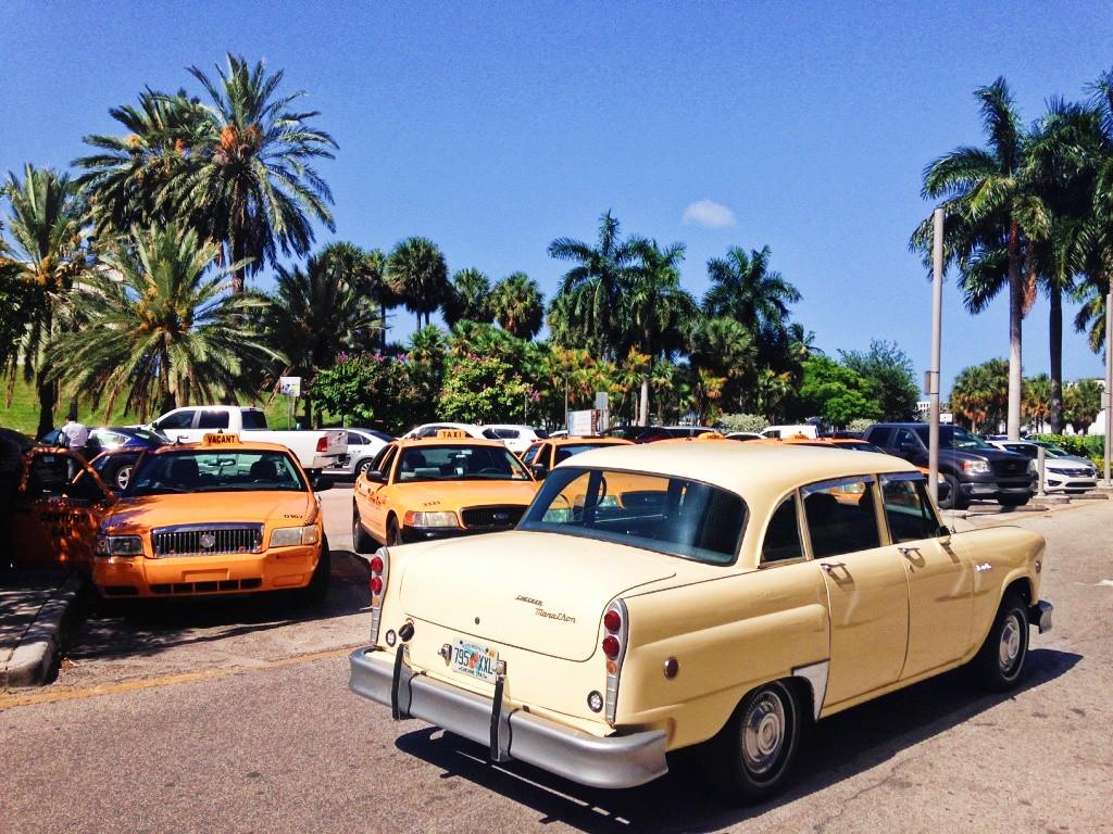 Voitures cubaines et taxis américains cote à cote