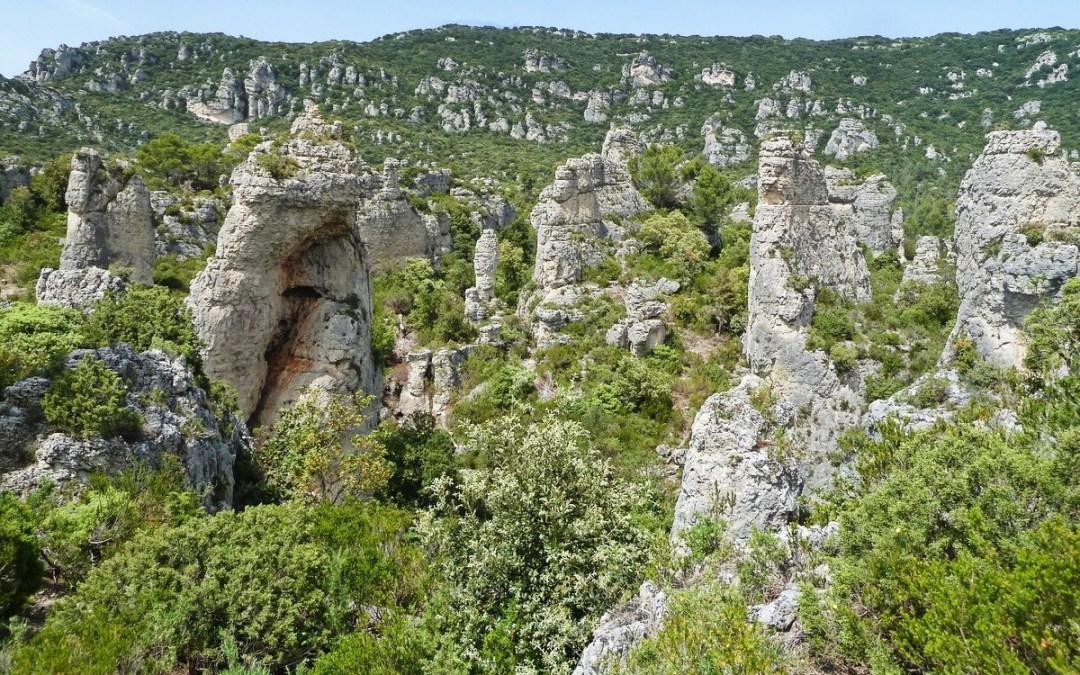 Randonnée au cirque de Mourèze, un site naturel exceptionnel de l'Hérault