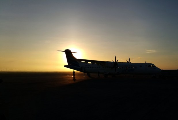 Siluet petugas darat Garuda di Bandara Praya Lombok