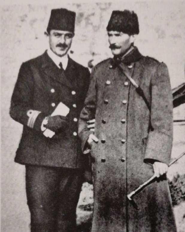 Fotoğraf: Hamidiye kruvazörü komutanı Yüzbaşı Hüseyin Rauf (Orbay) Çanakkale'de, Gelibolu Ordusu'nun harekat daire reisi Binbaşı Mustafa Kemal (sağda) ile beraber. ''Hamidiye Kahramanı'' ile müstakbel Türkiye Cumhuriyeti'nin kurucusu Balkan Savaşları esnasında, siyaset yıllar sonra yollarını ayırana kadar devam edecek olan yakın bir dostluk kurmuştu.