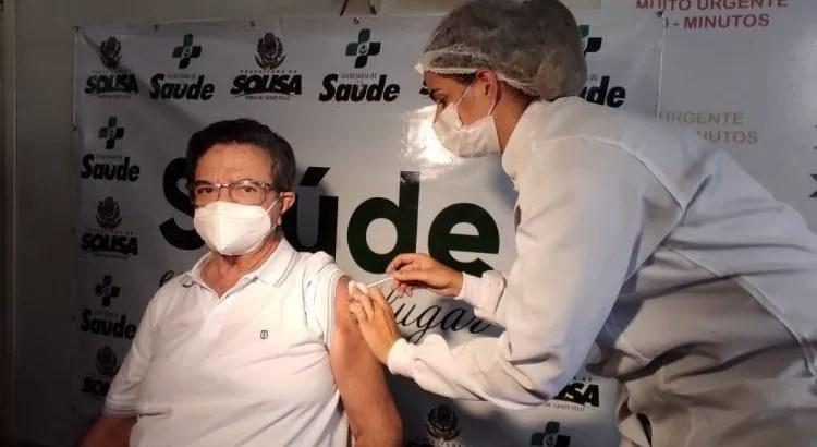 Médico Assis Batista é a primeira pessoa a tomar a vacina contra a Covid-19 em Sousa, Sertão da PB