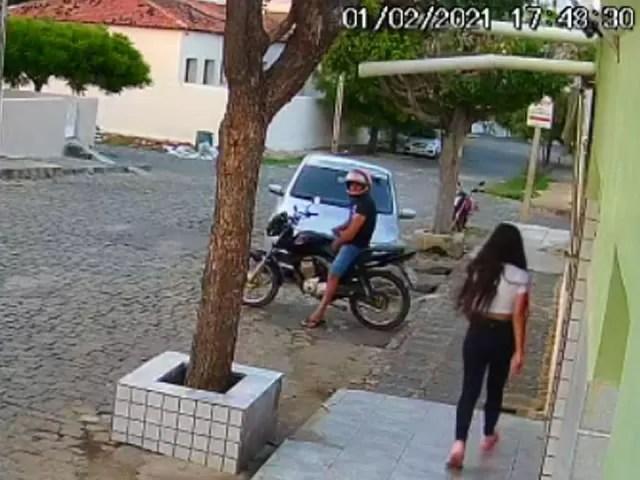 Homem é flagrado se masturbando em cima de moto na frente de mulheres no centro de Cajazeiras