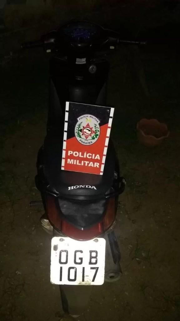 POLÍCIA MILITAR RECUPERA MOTONETA ROUBADA EM POMBAL