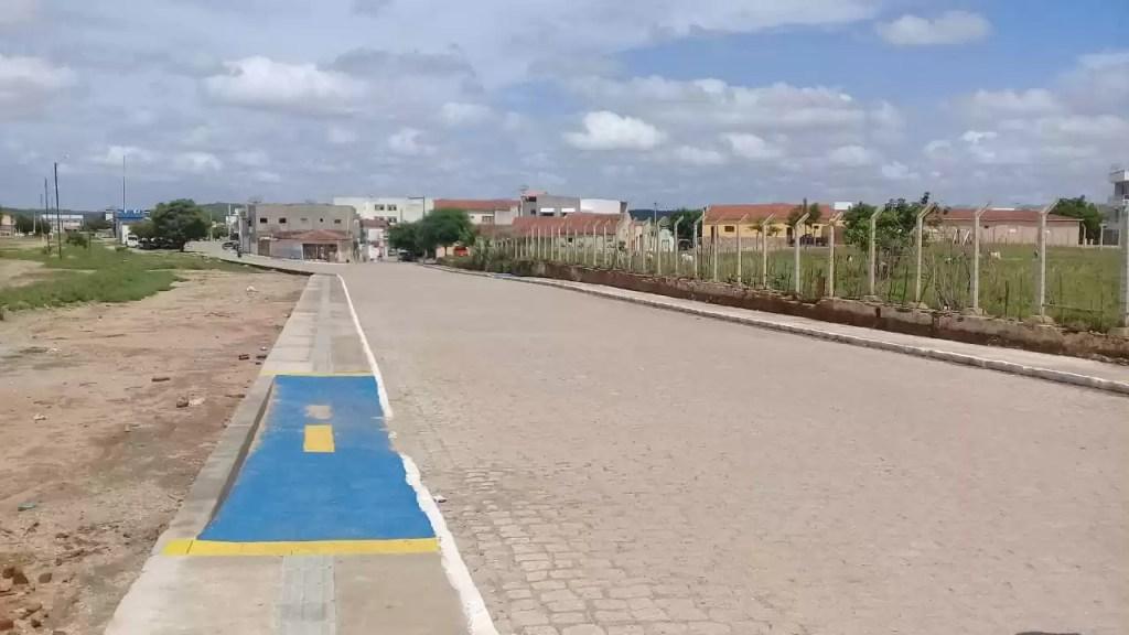 """Populares pedem a construção de """"quebra-molas"""" em trecho pavimentado da cidade"""