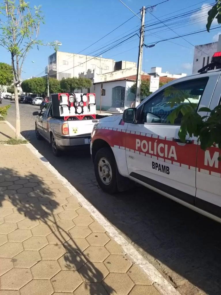 POLICIA MILITAR APREENDE PAREDÃO DE SOM EM POMBAL E APLICA MULTA DE SETE MIL REAIS POR POLUIÇÃO SONORA