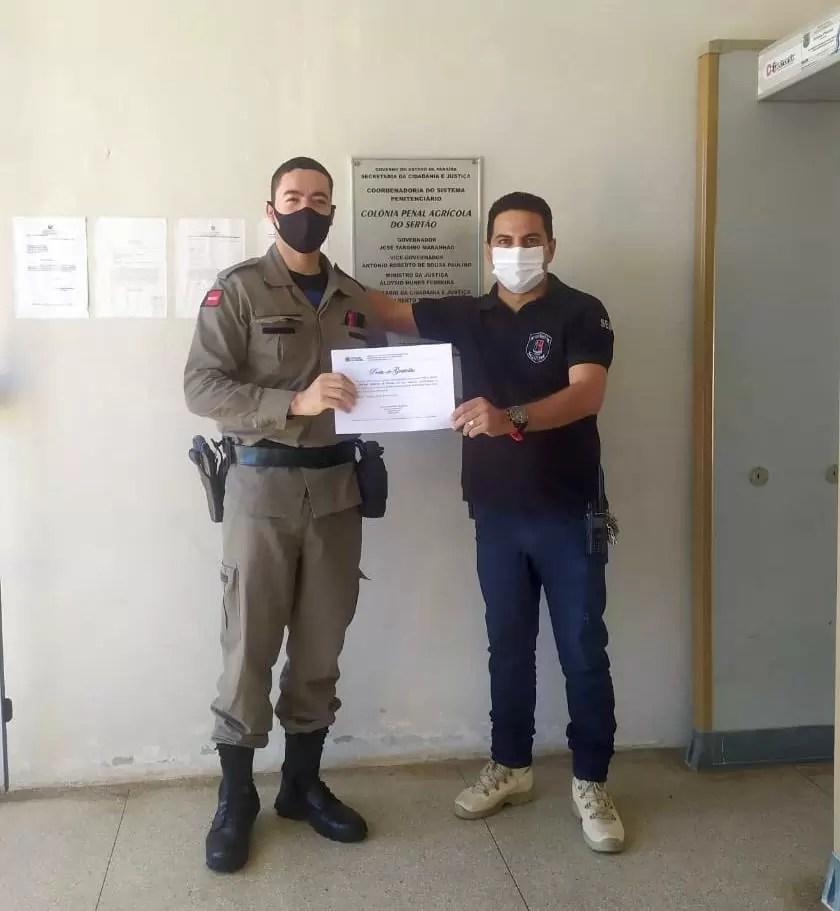 POLICIAL MILITAR DO 14º BPM RECEBE CONDECORAÇÃO DO DIRETOR DA COLÔNIA PENAL AGRÍCOLA DE SOUSA