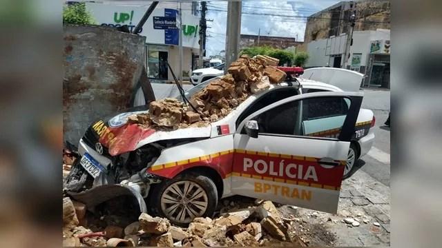 Viatura da PM colide com muro durante perseguição a motociclista no centro de Patos.