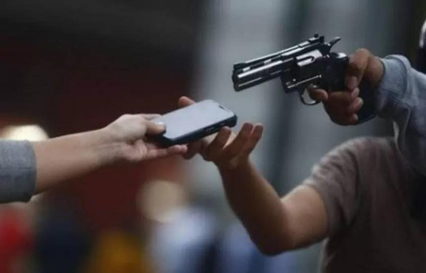 Radialista é assaltado na porta de casa por ladrões armado