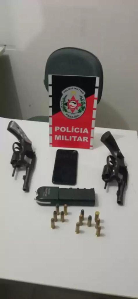 POLÍCIA MILITAR DETÉM TRÊS HOMENS, RECUPERA VEÍCULO ROUBADO E APREENDE MOTOCICLETA E DUAS ARMAS DE FOGO DURANTE AÇÃO RÁPIDA EM MARIZÓPOLIS