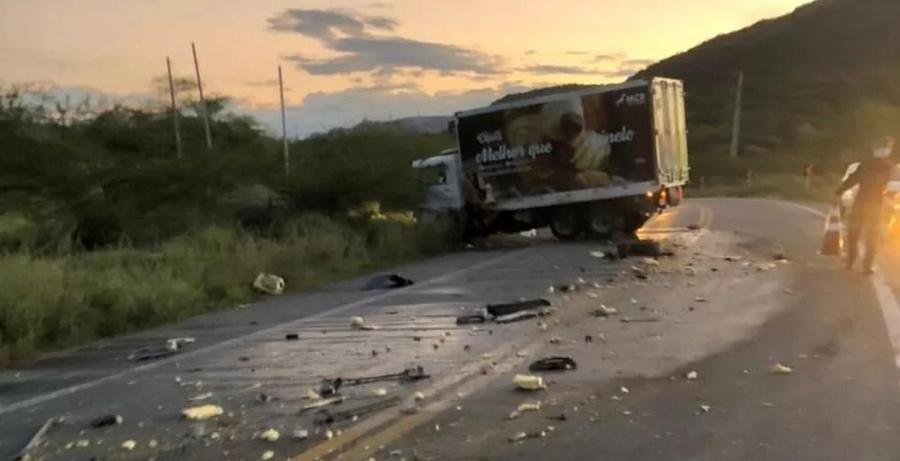 Policial rodoviário federal morre em acidente entre viatura e caminhão na BR-427