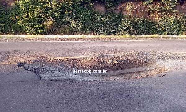 Veja fotos e vídeo de buraco na BR 230, causa acidente e por pouco não acontece uma tragédia com sousenses