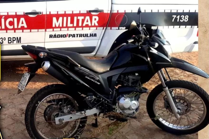 POLICIA MILITAR RECUPERA MOTOCICLETA COM RESTRIÇÃO DE ROUBO, EM PATOS