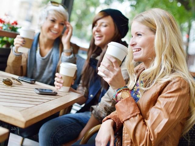 tak perlu sendu, kamu masih bisa berkumpul bersama teman-temanmu yang bisa membuatmu lebih bahagia. daripada kamu galau memikirkan hubungan jarak jauhmu, lebih baik habiskan wkatu luangmu dengan teman. gambar via: rockingmama.id