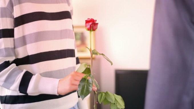 Walau cuma kejutan kecil, namun ketulusan prialah yang dihitung. Gambar via: www.shutterstock.com