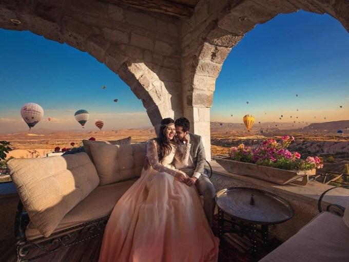 cappadocia, turki, adalah salah satu tujuan untuk destinasi pre-wedding yang banyak di datangi banyak pasangan. keindahan tebing batu dan juga banyaknya balon udara yang beterbangan, menjadikan cappadocia menjadi tempat yang cocok untuk pre-wedding. gambar via: boredpanda.com