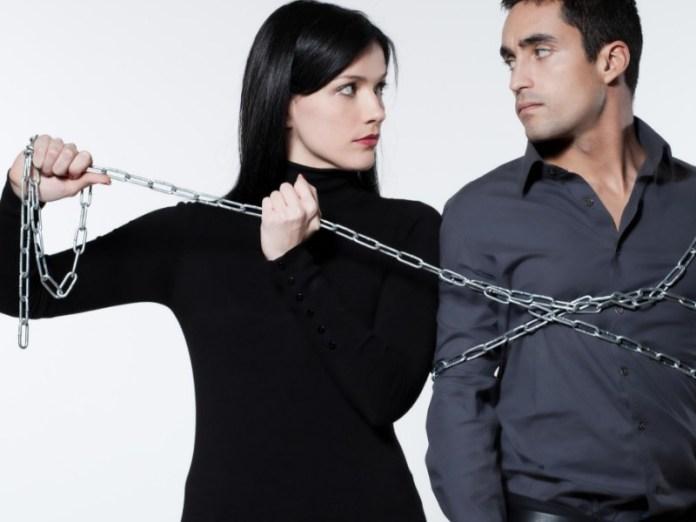 hal yang bisa merusak hubunganmu dengan pasangan yang dengan mudah cemburu. cemburu memang adalah tanda cinta, namun jika itu berlebihan berarti tandanya sudah tidak ada lagi rasa saling percaya. gambar via: www.piknikdong.com
