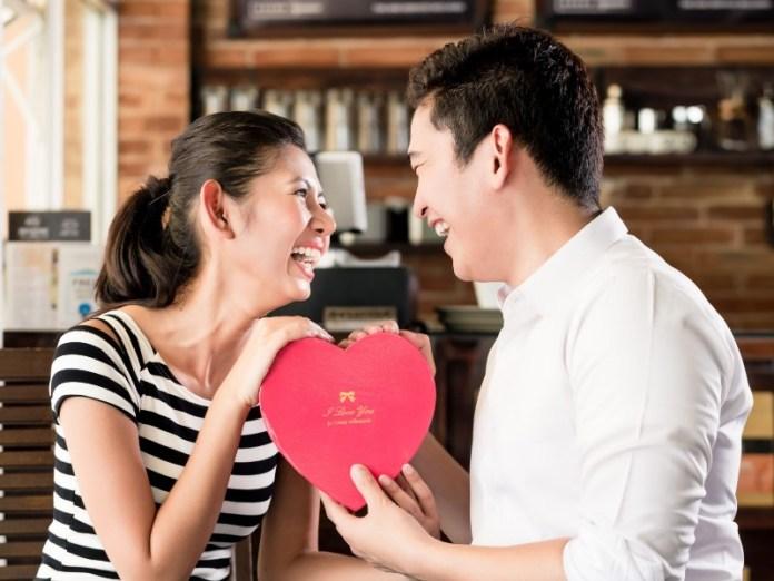 ketika kamu menikah dengan teman sendiri, kamu harus siap menjadi bahan ledekan teman-temanmu yang lain. gambar via: www.futuready.com