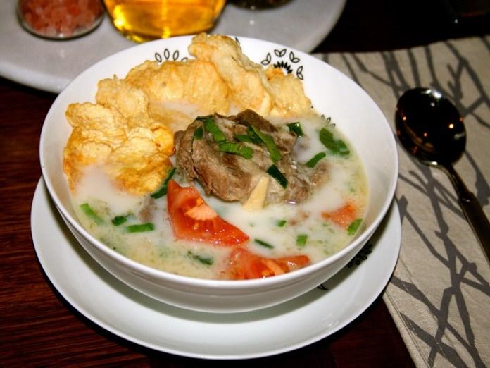 bagi kamu pecinta sop, kamu juga bisa mencoba resep satu ini, yaitu resep sop kambing. segar dan juga mudah untuk di coba di rumah. hidangkan selagi hangat untuk menambah kelezatannya. gambar via: resepmasakandapurarie.com