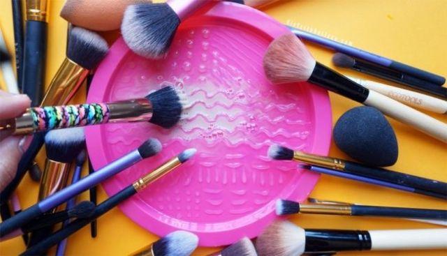 Bersihkan Peralatan Make Up